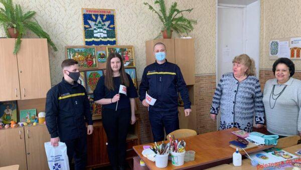 Новомосковські рятувальники нагородили переможця Всеукраїнського конкурсу дитячих малюнків та робіт декоративно-прикладної творчості